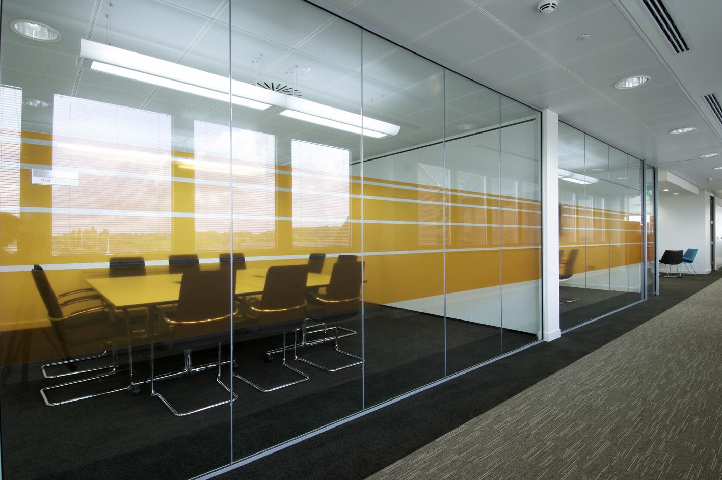 Logika 5000 - Frameless glazing with customised manifestations.